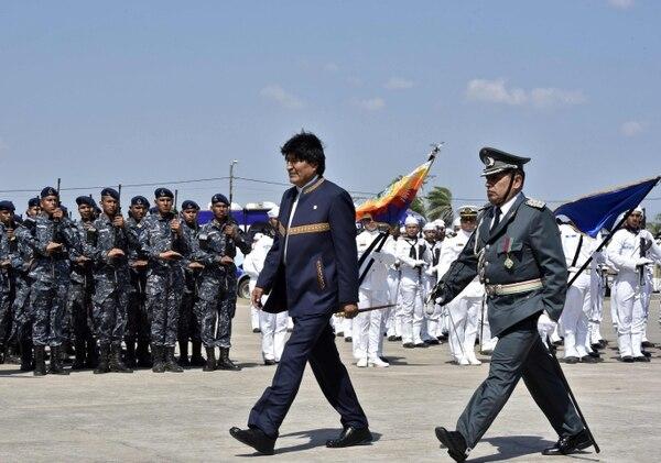 """Evo Morales recibió honores de los militares ayer, durante la inauguración de la escuela militar """"antiimperialista"""" en Warnes, Bolivia."""