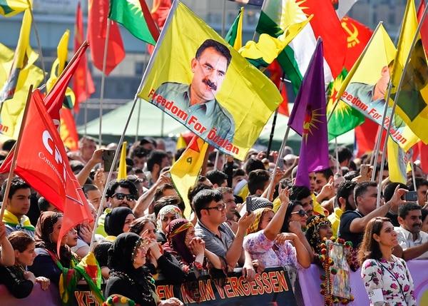 Kurdos con banderas con la imagen del encarcelado líder del PKK, Abdullah Ocalan, se manifestaron el sábado en Colonia, Alemania. | AFP