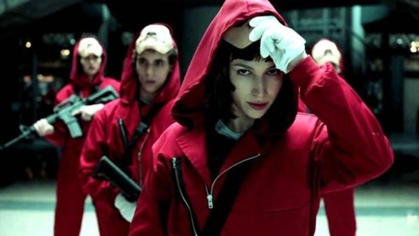 La casa de papel. Netflix Ocho ladrones toman rehenes y se resguardan en la Fábrica Nacional de Moneda de España, mientras el líder de la banda manipula a la Policía para cumplir con su plan.