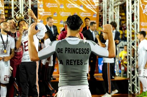 Ariel Rodríguez posó con su camisa frente a los medios de comunicación, luego de que a los morados les entregaron el cetro en la gramilla del estadio Alejandro Morera Soto. | LUIS NAVARRO