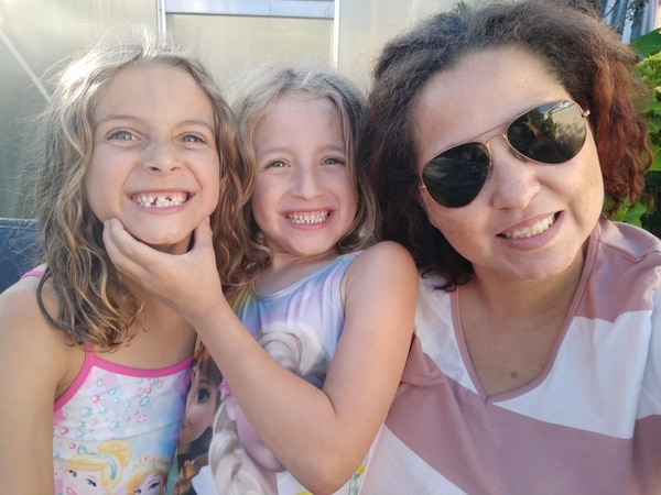 La tica Cinthya Vega con sus hijas Victoria (izq.) y Rebecca.
