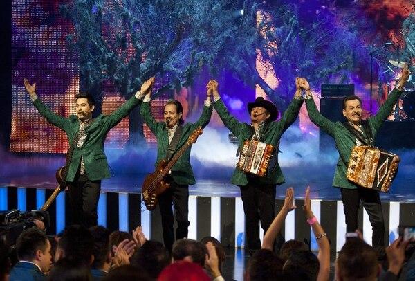 Los Tigres del Norte celebran con el público al acabar su presentación en los Premios Billboard de la Música Mexicana.