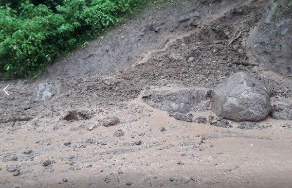 Piedras de gran tamaño han caído en el kilómetro 117 de la ruta 2 durante las últimas horas. Foto Conavi