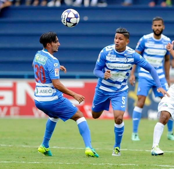 Los jugadores del Cartaginés Néstor Monge (30) y Kevin Fajardo (5) intentan controlar el balón el domingo pasado.