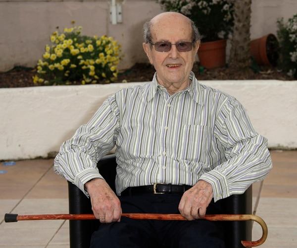 En la foto el director Manoel de Oliveira posó durante el Festival de Cannes del 2010. De Oliveira falleció el jueves a los 106 años. | AP.
