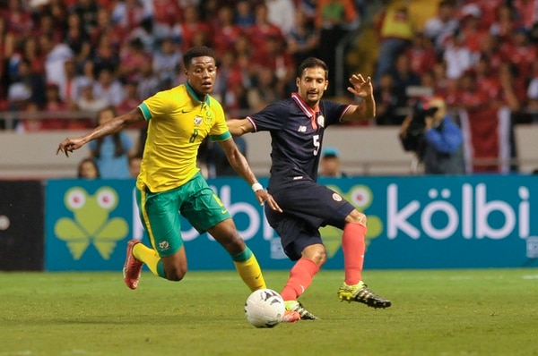 El volante costarricense Celso Borges trató de contener al jugador sudafricano Bongani Zungu, en el Estadio Nacional. | JOSÉ CORDERO