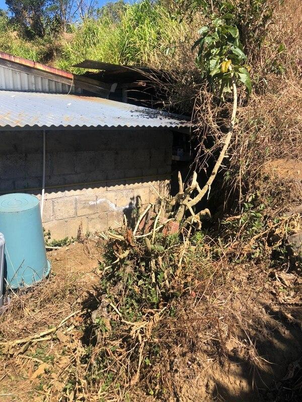 Alud amenaza la Escuela de Cinco Esquinas de Carrizal, Alajuela, según denunción la Defensoría de los Habitantes. Cortesía: Defensoría