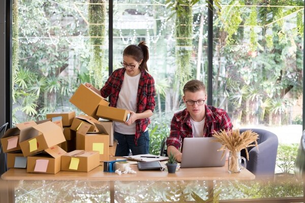 La mayoría de quienes comenzaron a comprar en línea por la pandemia planea seguir haciéndolo aún cuando se eliminen las medidas de confinamiento. Foto: Shutterstock.