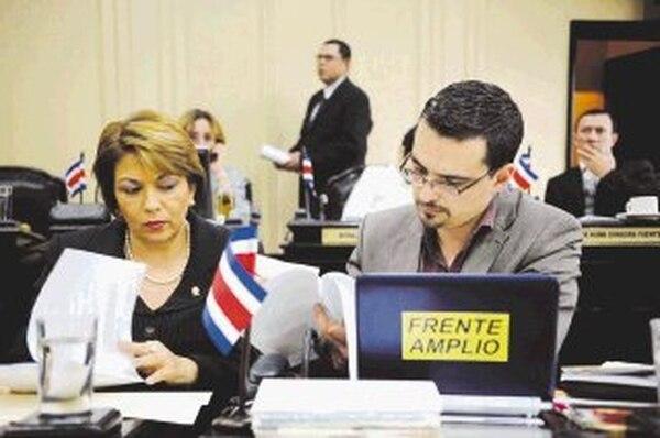 Pilar Porras, del PLN, y José María Villalta, del Frente Amplio, revisaban proyectos de ley ayer en el plenario. Ellos, junto con 55 diputados más, tendrán que decidir sobre posibles cambios a la Sala Constitucional. | EYLEEN VARGAS