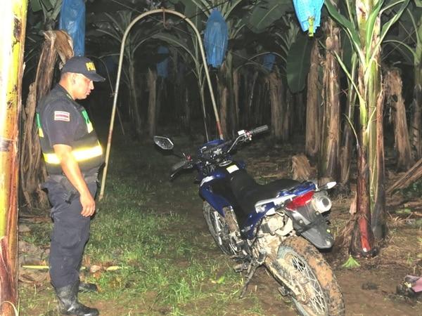 Esta es la motocicleta que los sospechosos intentaron sustraer a la madre y su hijo en Río Seco de Valle La Estrella, Limón. Abajo, agentes policiales inspeccionaron la zona, en donde atacaron a la mujer.   RAÚL CASCANTE.