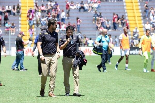 Víctor Cordero (izquierda) y Vladimir Quesada (derecha) minutos antes del inicio de un partido entre Saprissa y Cartaginés en Tibás. Foto: Diana Méndez