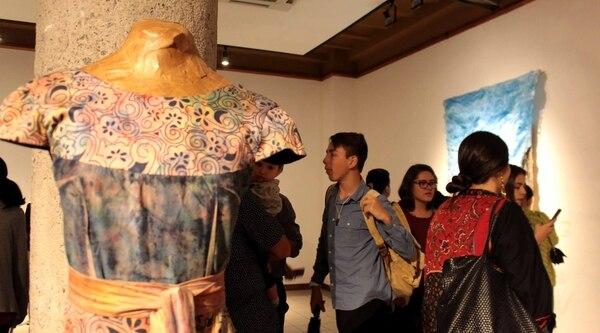 Las estudiantes de la Escuela de Arte y Comunicación Visual muestran sus obras en la exposición llamada