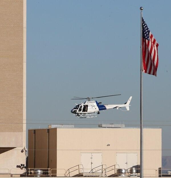 En la imagen, un helicóptero del Departamento de Seguridad Nacional sobrevuela el campus del Centro Médico El Paso durante la búsqueda de un hombre armado.