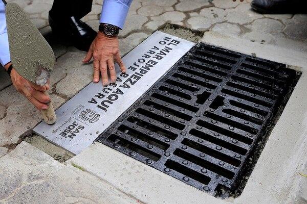 El alcalde de San José, Johnny Araya colocó la primera rejilla en la esquina noroeste de la Plaza de la Cultura. Foto: Rafael Pacheco