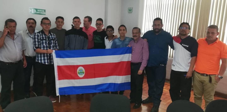 Esta mañana, colegiales se reunieron con Albino Vargas , secretario general de la Asociación Nacional de Empleados Públicos y Privados (ANEP), y otros sindicalistas. Entre los estudiantes destaca un joven de apellido Sánchez, quien aparece al lado de Vargas.