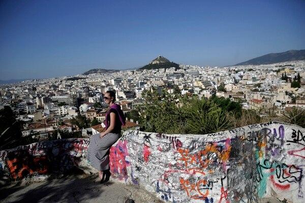 Una turista posa en Atenas, Grecia. El primer ministro griego, Alexis Tsipras es optimista de lograr un acuerdo con sus acreedores. | AP