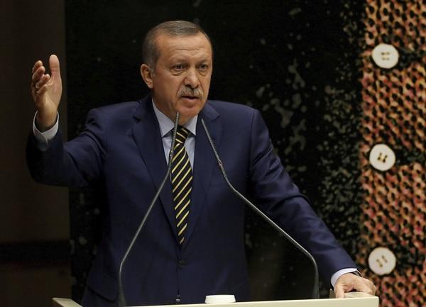 El primer ministro turco, Recep Tayyip Erdogan da un discuso en la sede de su partido AKP en Ankara, Turquía. Un escándalo de corrupción en el país forzó la dimisión de tres ministros.