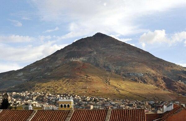 Vista del Cerro Rico, uno de los mayores depósitos de plata en el mundo y un símbolo en el escudo boliviano de armas, en Potosí, Bolivia.