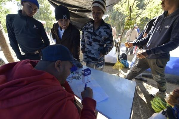 Un paramédico venezolano prepara la distribución de medicinas en un improvisado albergue sito cerca de una terminal de autubuses en el norte de Quito.