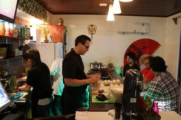 El chef Jorge Soto cocina frente a los clientes que deciden sentarse en la barra.