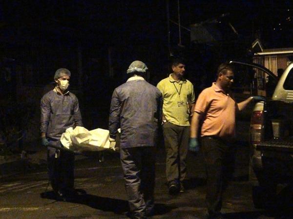 Romelia Saborío encontró el cadáver de su hermano Óscar en un cuarto de la casa. La víctima estaba atada de pies y manos. Las autoridades creen que murió asfixiado pues también fue amordazado.   JOSUÉ HERNÁNDEZ