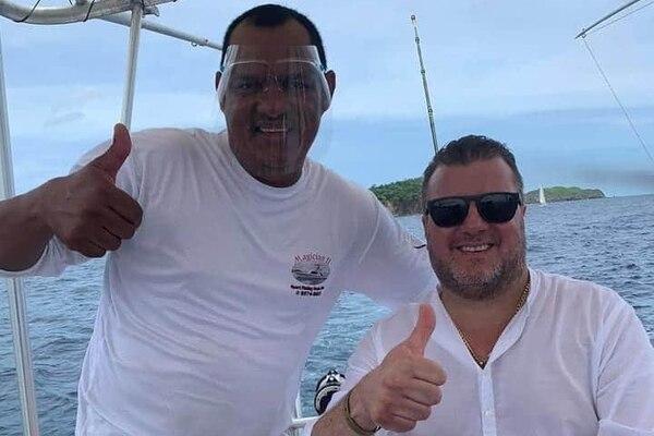 Rodrigo Marín, ahora exdirector de Vigilancia de la Salud del Ministerio de Salud, aparece sin careta protectora o mascarilla en una imagen que circuló este domingo de un paseo en lancha por el golfo de Nicoya (Guanacaste). Foto: Facebook.