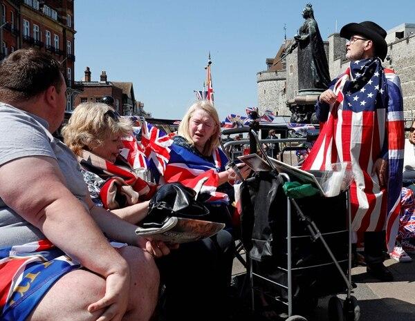 Miles de personas ya están en las calles alrededor del castillo de Windsor, en Londres, para observar la procesión nupcial de Meghan y Enrique. Fotografía: AFP.