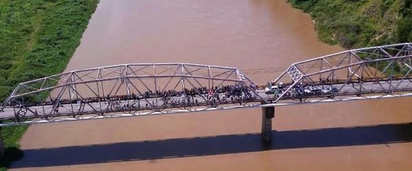 El paso por el puente sobre el río Térraba estuvo afectado por el cierre de los vecinos de la región sur del país.