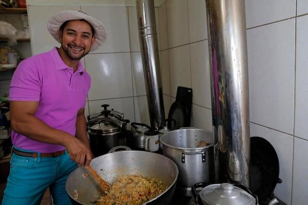 José Miguel Cruz cuenta que a su restaurante de Puriscal últimamente no ha llegado ni una sola persona. Por ahora, en ese local vende tierra orgánica. Fotos: Mayela López