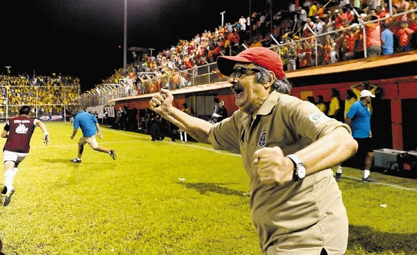 Orlando de León celebró a más no poder su sétimo ascenso a la Primera División.