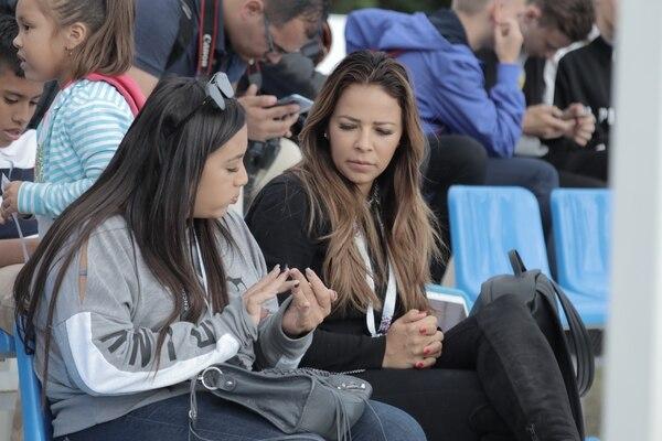 La esposa de Keylor Navas, Andrea Salas, junto a su hija Daniela, en el entrenamiento de la Selección Nacional. Fotografía: Damián Arroyo.