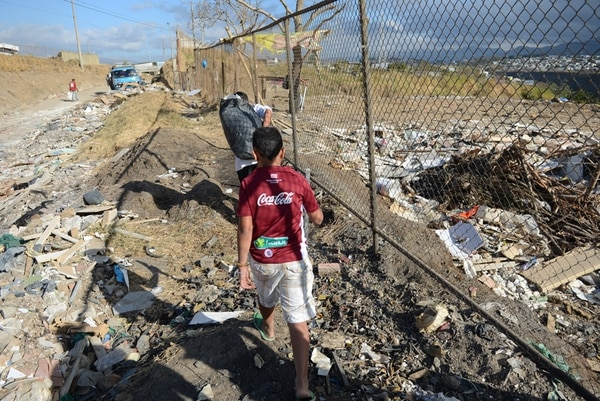 Luego del cierre del botadero clandestino, la calle se ha convertido en el depósito de basura, donde niños y mujeres escarban. | CARLOS GONZÁLEZ.