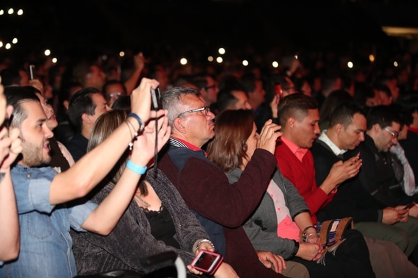 Personas de todas las edades disfrutaron del talento de Myriam Hernández en el Estadio Nacional. Fotografía Graciela Solís