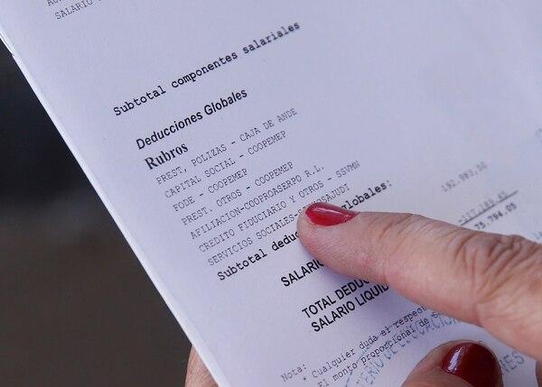 El 14 de febrero, la funcionaria Claudia Hidalgo Castillo muestra la colilla del salario en donde se indica la rebaja por concepto de afiliación a Cooproaserpo R.L. Foto: Albert Marín.
