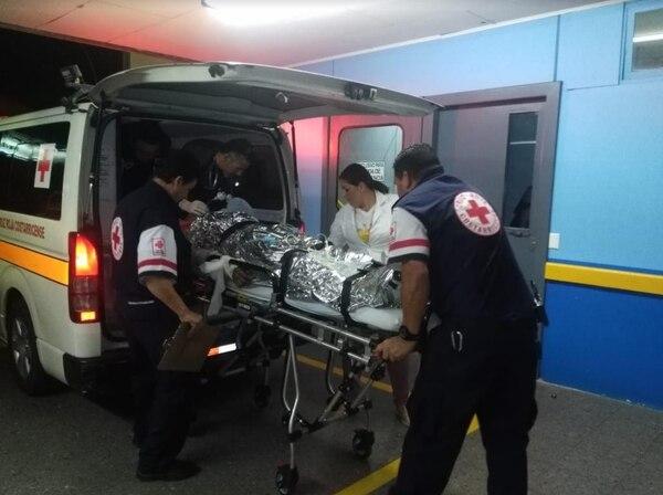 Momento en que los indígenas queamdos ingresaron al Hospital Max Peralta de Cartago. Luego fueron trasladados a San José. Foto: Keyna Calderón