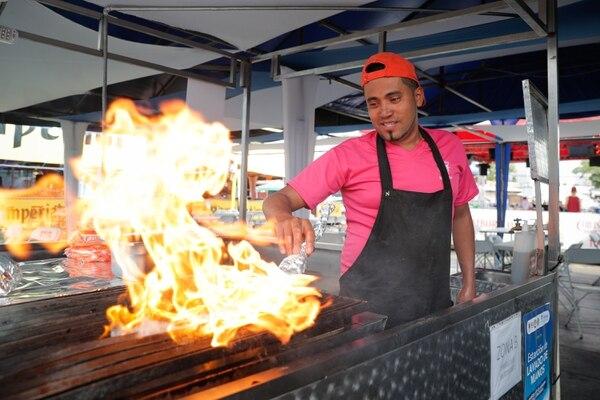 Ver a Nelson asar carne es sorprendente. Su habilidad con el fuego respalda lo que él afirma: que