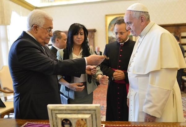 En medio de un ambiente cálido, el papa Francisco (derecha) intercambió regalos con el presidente palestino, Mahmud Abas, durante una audiencia privada que se llevó a cabo ayer en el Vaticano. | EFE