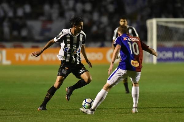 Bryan Ruiz sumó su segunda titularidad con el Santos el fin de semana ante Paraná, pero solo actuó 45 minutos. Fotografía: Facebook del Santos.