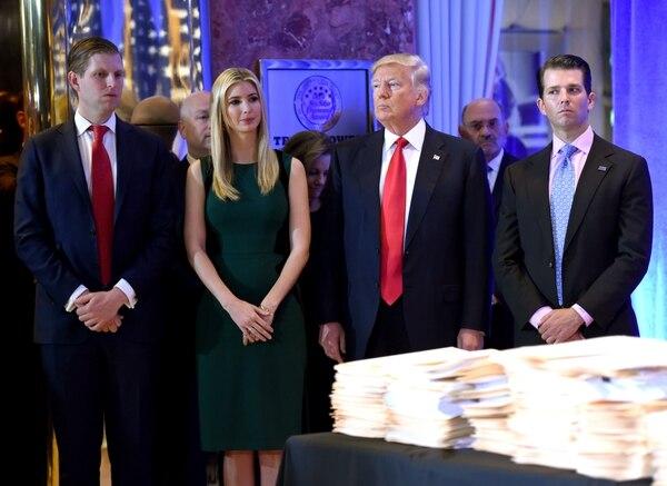 Donald Trump, junto a sus hijos Eric (izq.) Ivanka y Donald Jr. llegan a una conferencia de prensa en Trump Tower en Nueva York el 11 de enero de 2017, cuando el magnate era ya presidente electo de Estados Unidos.