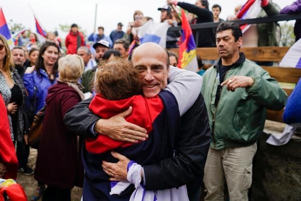 Daniel Martínez, candidato presidencial por el Frente Amplio, saludó a una simpatizante que acudió a un mitin electoral en la localidad de Juan Lacaze, el domingo 20 de octubre del 2019.