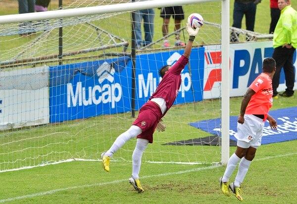 El portero Víctor Bolívar detiene un remate del brumoso Randall Brenes. Bolívar sufrió los insultos de la afición blanquiazul durante el partido. | R. PACHECO