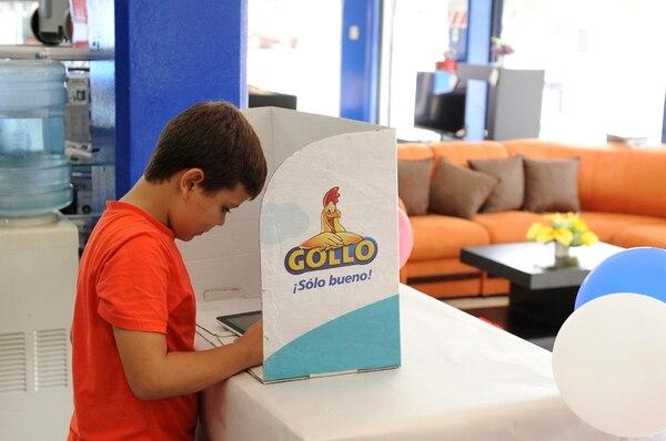 Paulo César Barrantes de 8 años sufragó en la tienda Gollo de Tibás.
