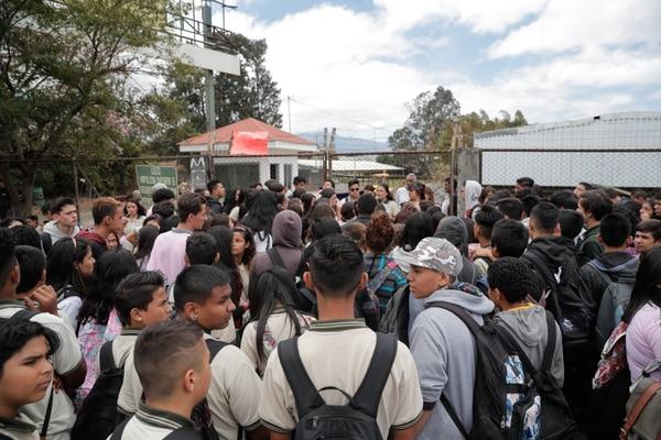 Manifestacion de marzo anterior de estudiantes del Colegio Napoleón Quesada por el estado infraestructural del edificio y la forma en que estan recibiendo las clases. Foto Jeffrey Zamora