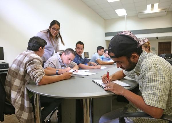 La profesora Cinthya Quirós guía la clase con grupo de estudiantes de Empléate Inclusivo en la Fundación Omar Dengo.
