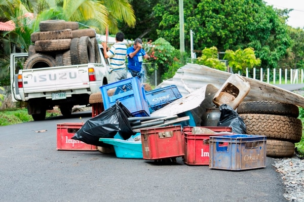 A raíz de la muerte del policía, en Orotina han organizado varias campañas como esta de recolección de desechos para frenar la proliferación de los criaderos del zancudo transmisor del dengue. | JORGE UMAÑA PARA LN.