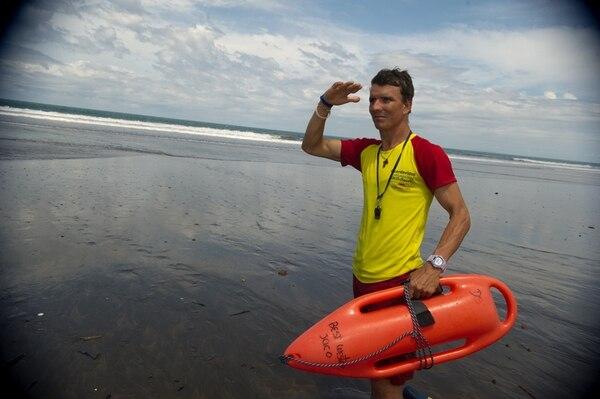 Víctor Sibaja trabaja como salvavidas en playa Jacó. | PABLO MONTIEL