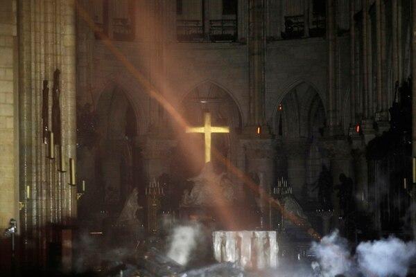 El interior de la catedral de Notre Dame lleno de humo mientras los bomberos continuaban luchando contra el incendio, este lunes 15 de abril del 2019.