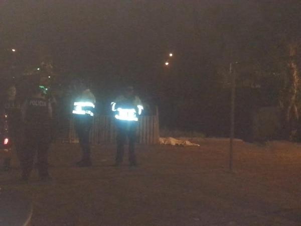 La Fuerza Pública custodió la escena. A las 9:15 p. m. los cuerpos seguían en el sitio a la espera del levantamiento por parte de agentes del OIJ.