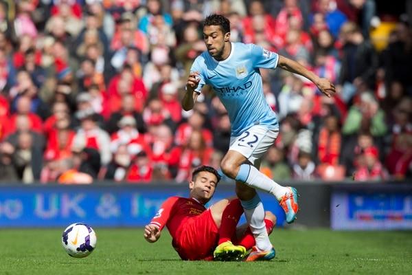 El futbolista del Liverpool Philippe Coutinho intenta arrebatar el balón al galés Clichy, del Manchester City.