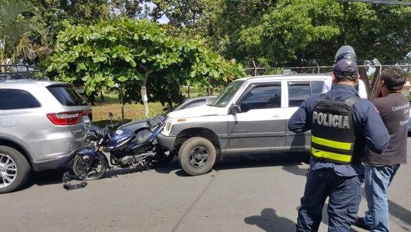 La Fuerza Pública llegó a atender el caso en Alajuela. Foto: Francisco Barrantes